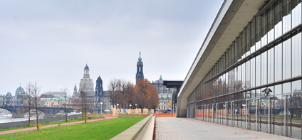 Neue Elbpromenade: Internationales Congress Center vor der Kulisse der Dresdner Altstadt
